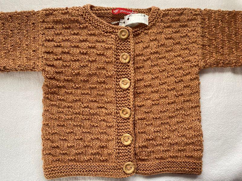 Kleinesbild - Gr.98/104 Strickjacke für Kinder in ockerbraun im Strukturmuster aus reiner, weicher Baumwolle handgestrickt