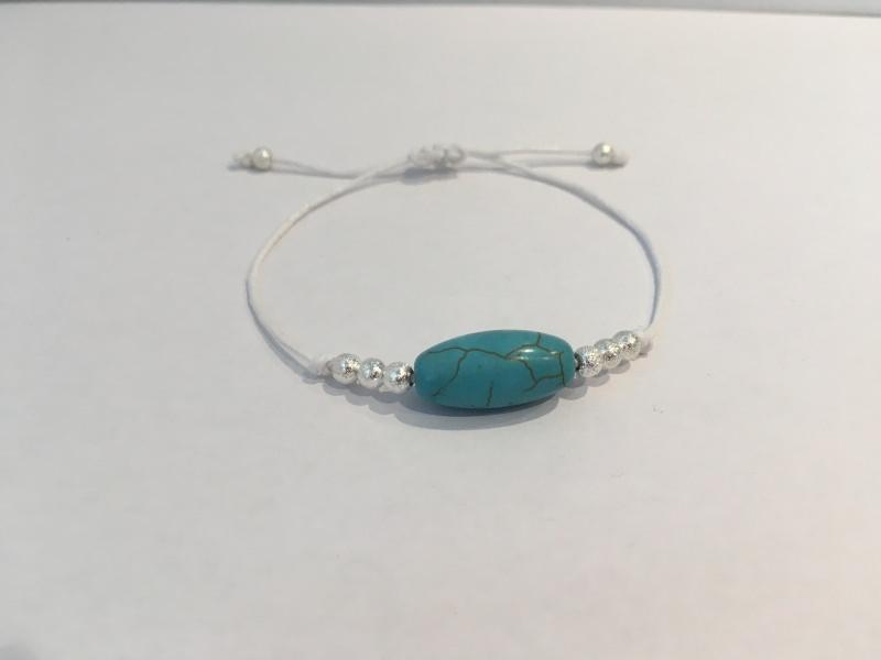 - Filigranes Armband in weiß mit Türkis-Stein und silberfarbenen Perlen - Handgefertigt - Filigranes Armband in weiß mit Türkis-Stein und silberfarbenen Perlen - Handgefertigt