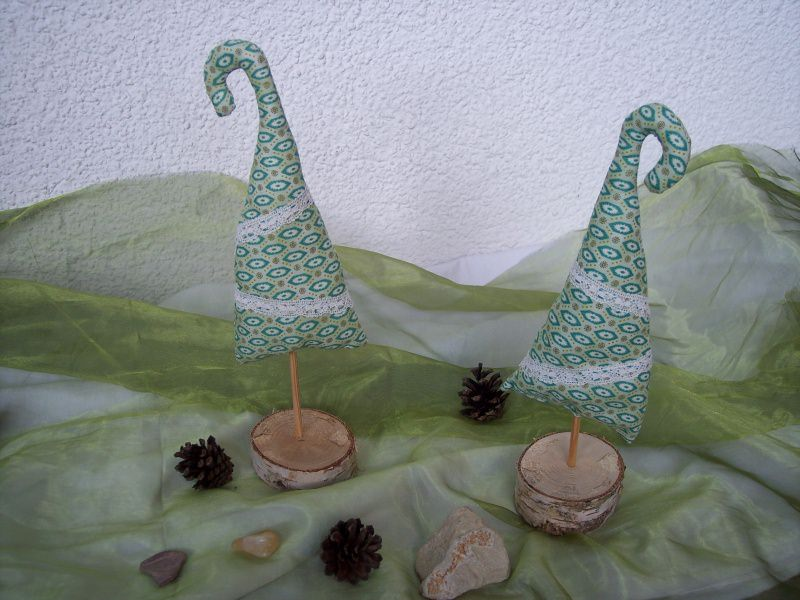 dekoration christbaum aus stoff gen ht auf holzst nder weihnachtsbaum weihnachtsdeko. Black Bedroom Furniture Sets. Home Design Ideas