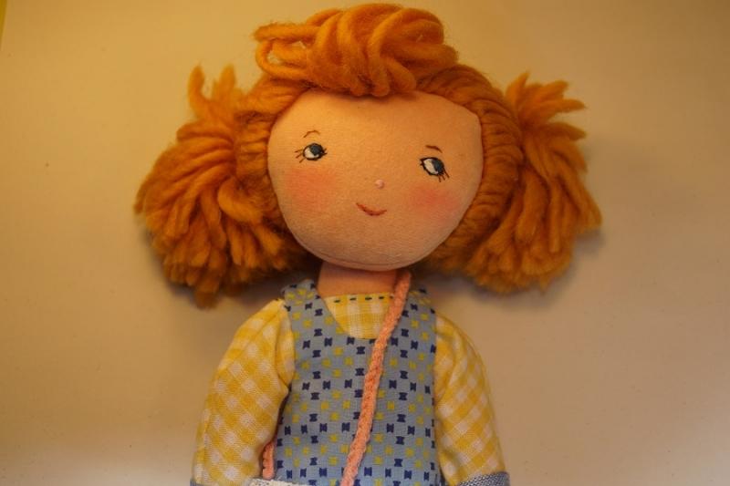 Kleinesbild - Stoffpuppe aus Naturmaterial, Handgemachte Geschenkpuppe 30 cm, Trio Girls---LILLY