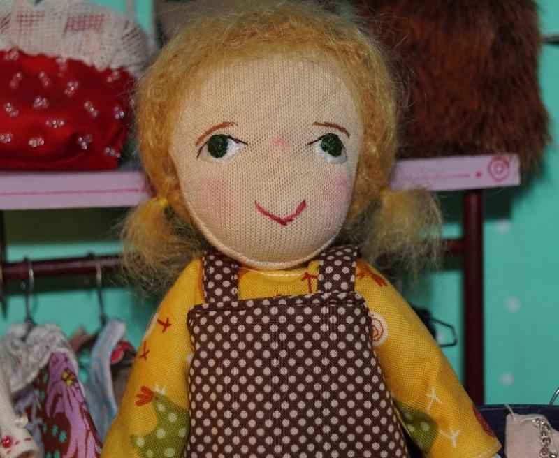 Kleinesbild - Kleine Stoffpuppe MARIE(Blond) in Pariser Boutique, 18 cm, handgemachtes Einzelstück, Deco Puppe