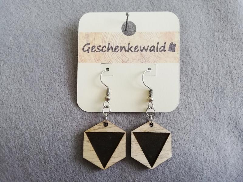 - Holzohrringe geometrisch Sechseck mit graviertem Dreieck, Holzschmuck - Holzohrringe geometrisch Sechseck mit graviertem Dreieck, Holzschmuck