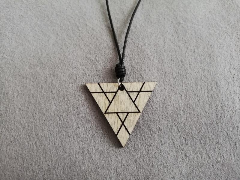 - Holz-Halskette geometrisch - Dreieck mit Gravur, Holzschmuck - Holz-Halskette geometrisch - Dreieck mit Gravur, Holzschmuck
