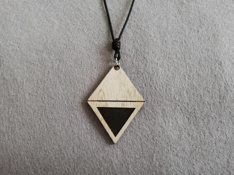 - Halskette geometrisch - Karo mit Gravur Dreieck, Holzschmuck - Halskette geometrisch - Karo mit Gravur Dreieck, Holzschmuck