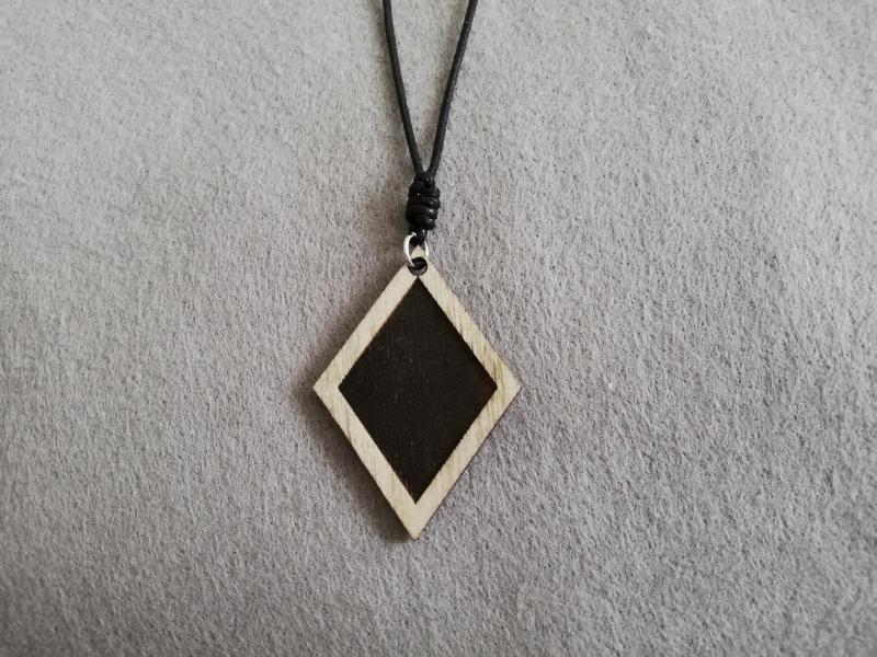 - Halskette geometrisch - Karo mit graviertem Karo, Holzschmuck - Halskette geometrisch - Karo mit graviertem Karo, Holzschmuck