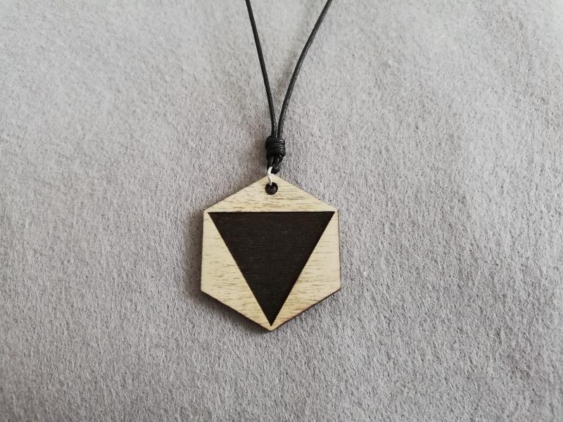 - Halskette geometrisch Sechseck mit graviertem Dreieck, Holzschmuck - Halskette geometrisch Sechseck mit graviertem Dreieck, Holzschmuck