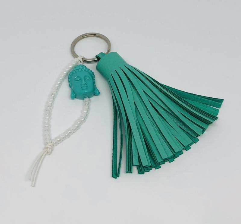 - Schlüsselanhänger mit türkisfarbener Lederquaste, einem großen Buddha Kopf und Miyuki Perlen  - Schlüsselanhänger mit türkisfarbener Lederquaste, einem großen Buddha Kopf und Miyuki Perlen