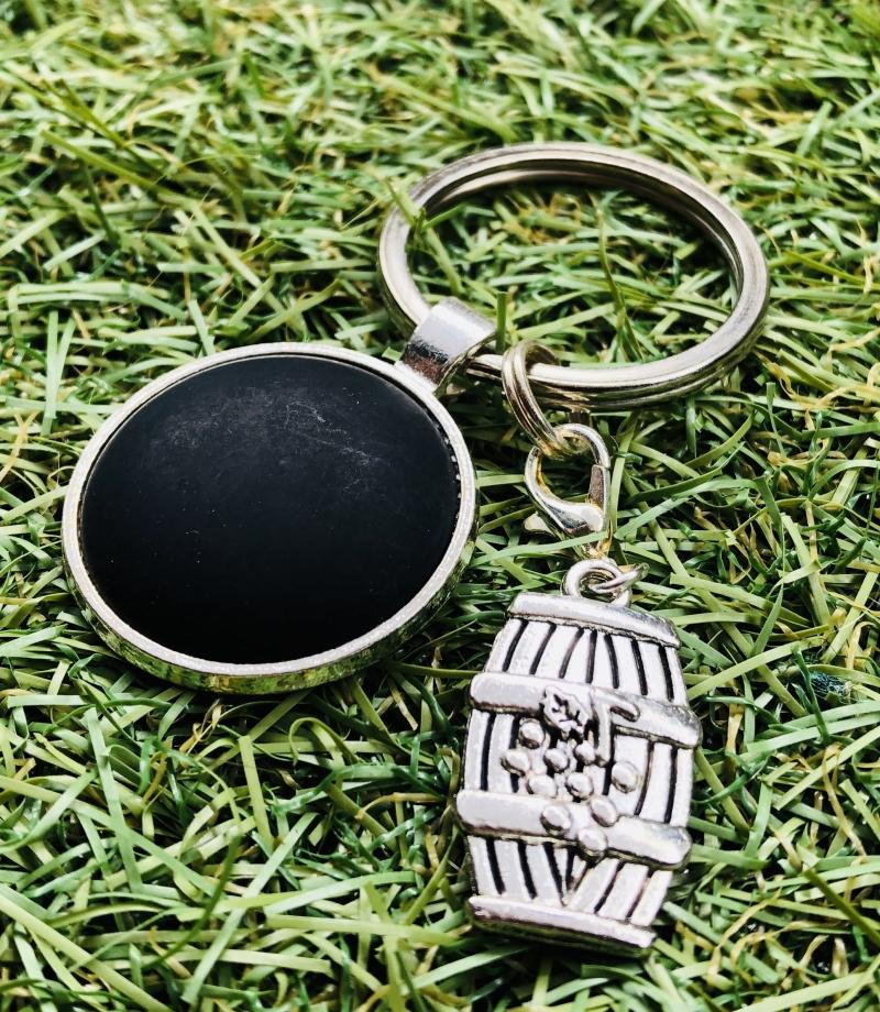 Kleinesbild - Schlüsselanhänger mit schönem Weinfassanhänger und einem schwarzen Polaris Cabochon , Weinliebhaber