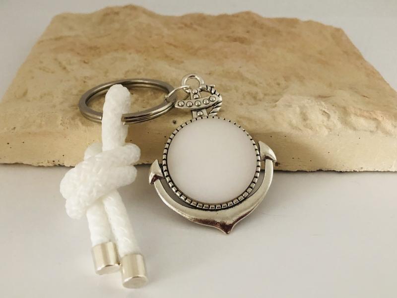 Kleinesbild - Schlüsselanhänger mit einem großen Anker, weißem Polaris Cabochon und einem weißen Segelseil, Maritim