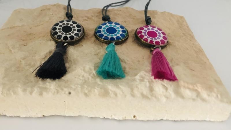 Kleinesbild - Halskette im Boho Style aus einer gewachsten Baumwollschnur mit Glas Cabochon, bunt mit einer Quaste versehen