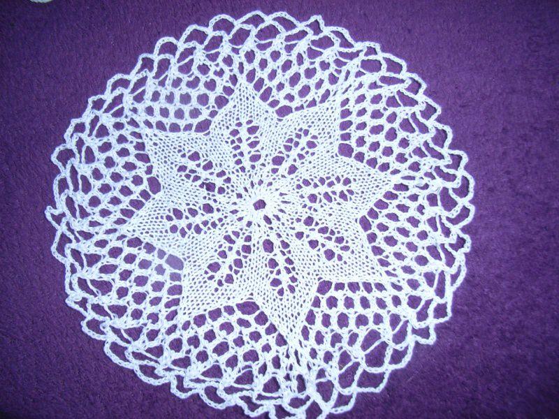 - * Tischdecke * rund 21 cm weiß  wunderschönes Muster   Deckchen - * Tischdecke * rund 21 cm weiß  wunderschönes Muster   Deckchen