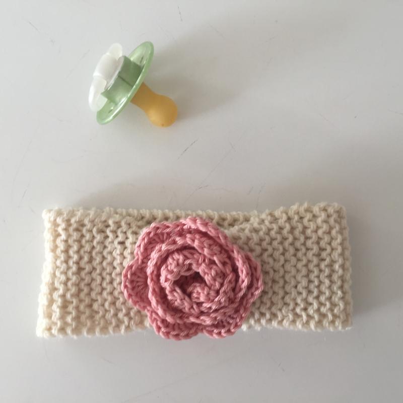 Kleinesbild - Baby Stirnband mit Häkelblüte  ** ROSE **  gestrickt u. gehäkelt