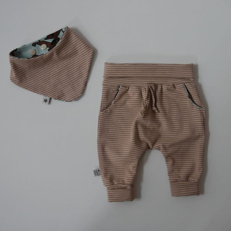 Kleinesbild - Neugeborenenset WUFF 2-teilig  WendehalstuchPumphose für Baby GRöße 56 von zimtbienchen