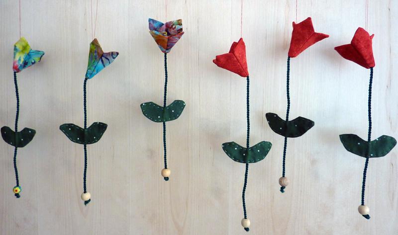 - ♡ Tulpen als Fensterdeko aus buntem Batikstoff - ♡ Tulpen als Fensterdeko aus buntem Batikstoff