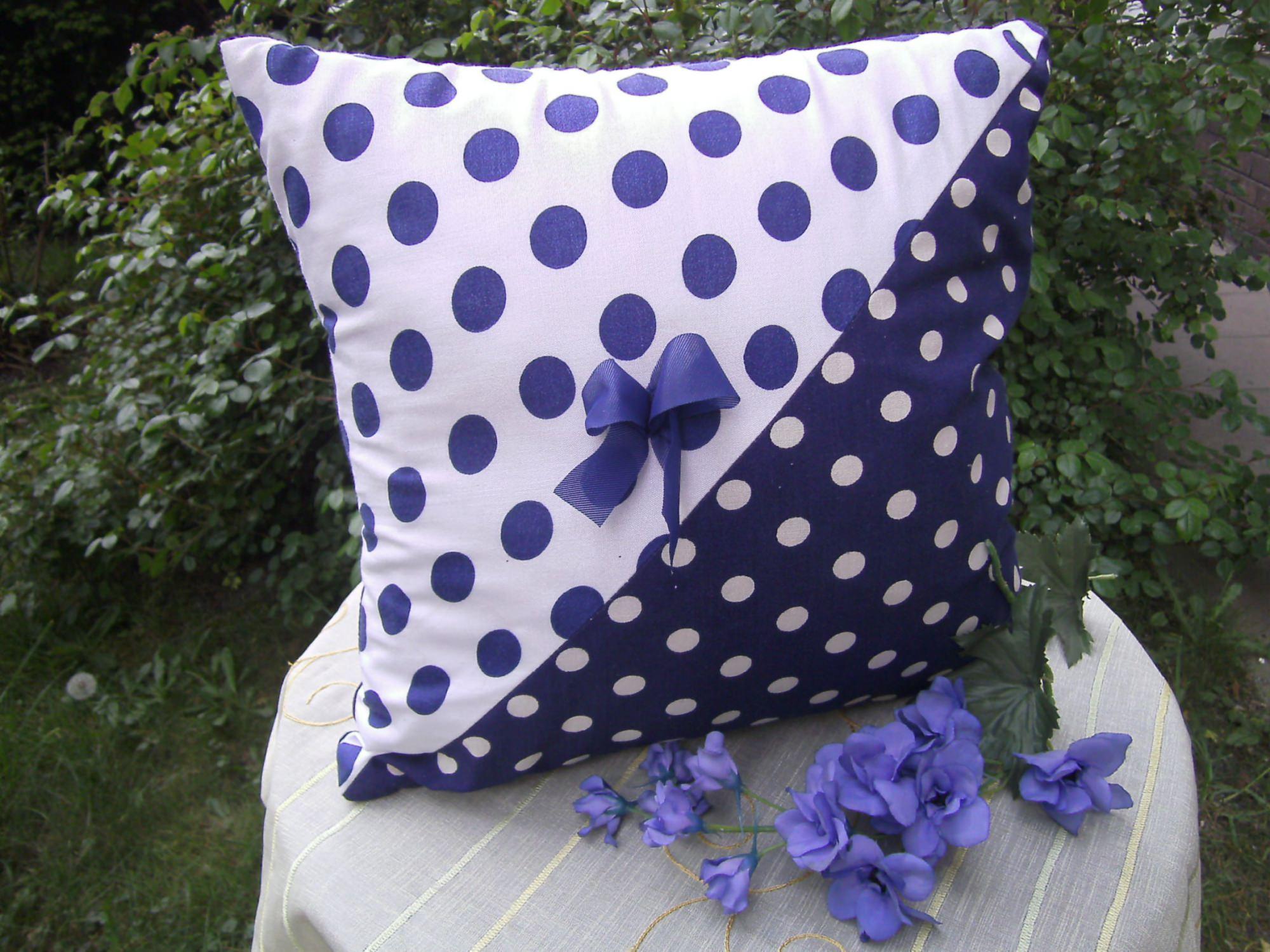 - blau-weiß-gepunktetes Kissen - blau-weiß-gepunktetes Kissen