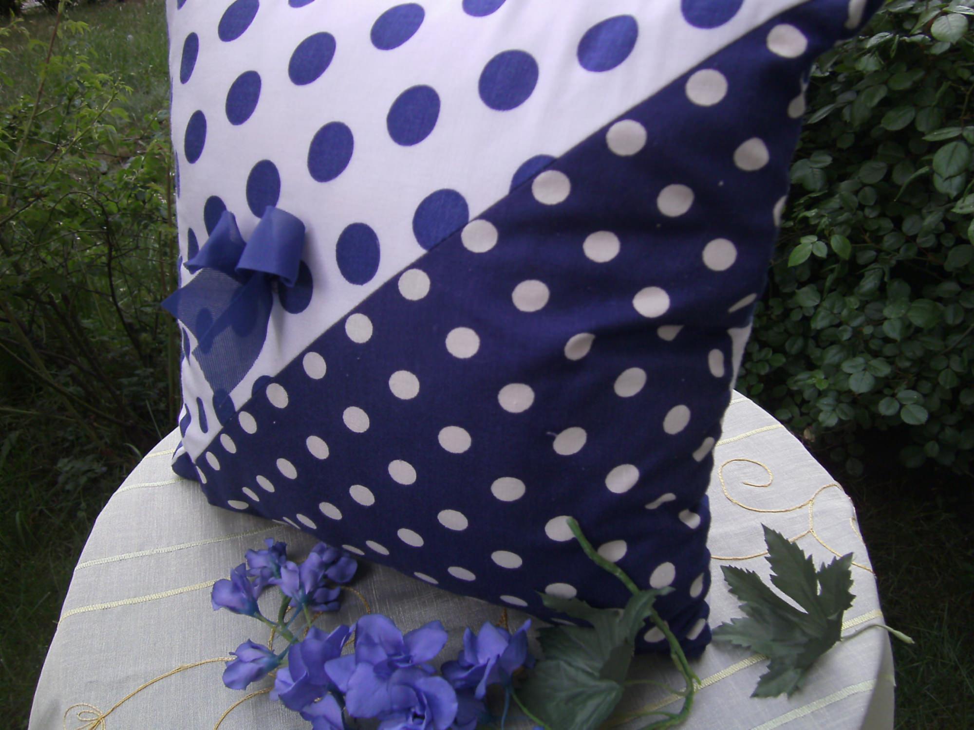 Kleinesbild - blau-weiß-gepunktetes Kissen