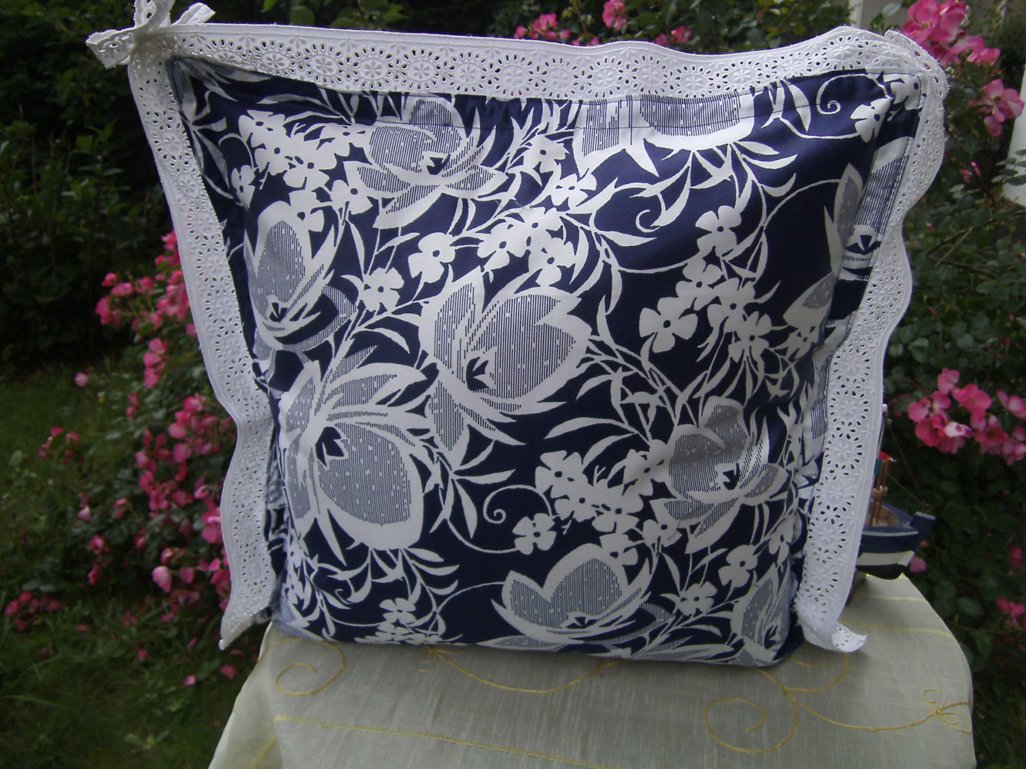 Kleinesbild - blau-weißes Kissen mit Spitze