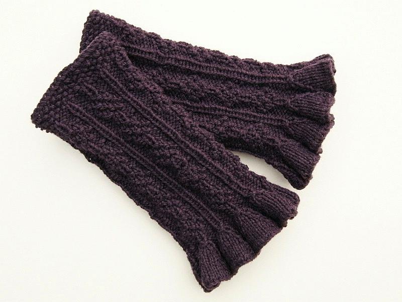 Kleinesbild - Armstulpen Pulswärmer aubergine Wollemischung handgestrickt mit Rüschen