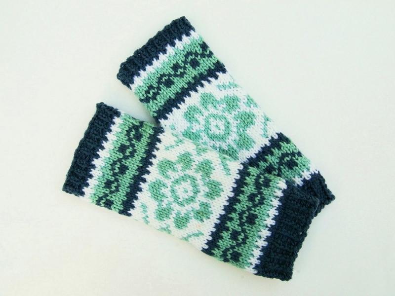 Kleinesbild - Armstulpen jeansblau hellblau weiß handgestrickt Norwegermuster Blume