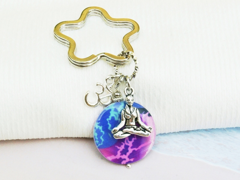 Kleinesbild - Schlüsselanhänger Yoga Om bunte Perlmutt Scheibe Taschenanhänger