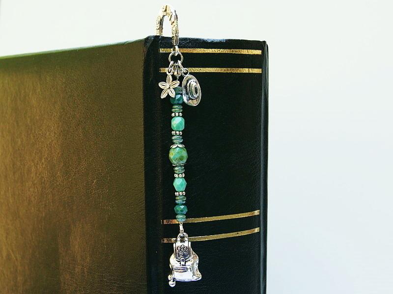 Kleinesbild - Lesezeichen groß Metall wandern Rucksack Hut Blume Glasschliffperlen Grüntöne