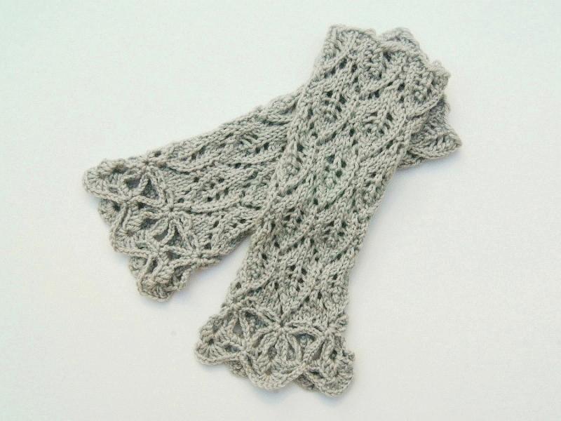 Kleinesbild - Armstulpen helles Grau Wolle Mischgarn handgestrickt Lochmuster in Blätterform