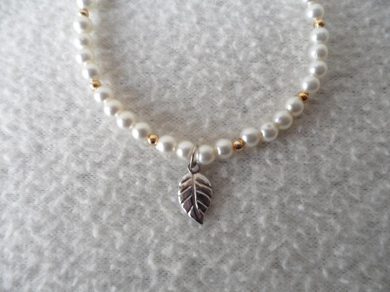 Kleinesbild - Perlenarmband weiß, Blattanhänger