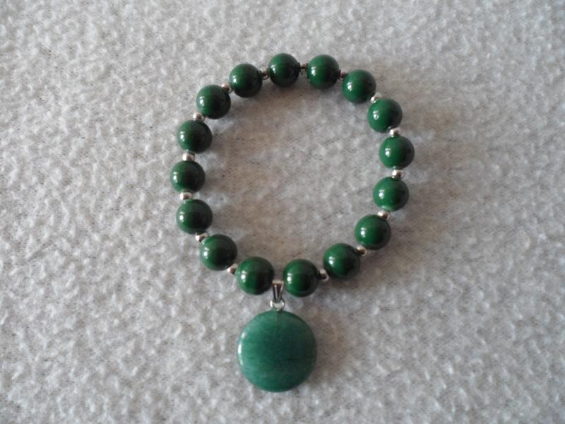 - Perlenarmband,Acrylperlen, grün, Halbedelsteinanhänger  - Perlenarmband,Acrylperlen, grün, Halbedelsteinanhänger