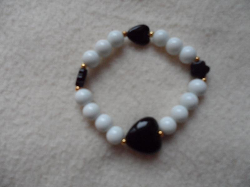 - Perlenarmband,Acrylperlen, Kunststoffperlen weiß/schwarz - Perlenarmband,Acrylperlen, Kunststoffperlen weiß/schwarz