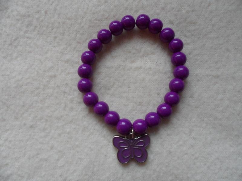 - Perlenarmband, Acrylperlen, lila, Schmetterlinganhänger  - Perlenarmband, Acrylperlen, lila, Schmetterlinganhänger