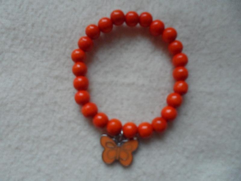 - Perlenarmband, Holzperlen,orange, Schmetterlinganhänger  - Perlenarmband, Holzperlen,orange, Schmetterlinganhänger