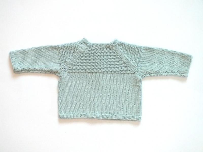 Kleinesbild - Gestrickte Babyjacke aus weichem Baumwollgarn für Neugeborene  in minigrün - ein tolles Geschenk zu Weihnachten
