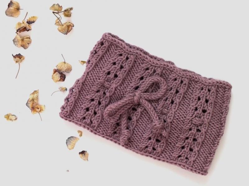 Kleinesbild - Handgestricktes Stirnband mit Muster und Schleife in einer aparten Farbe für kleine Mädchen - einfach schick.  (KU 43 - 44 cm)