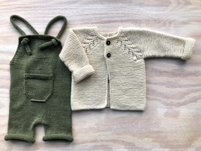 Kleinesbild - Handgestrickte Latzhose für Neugeborene aus weicher Wolle (Merino) in olivegrün - die sollte man unbedingt kaufen - Größe 56 (0 - 1 Monat)