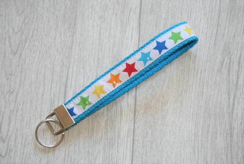 - Schlüsselanhänger, Schlüsselband Sterne in Regenbogenfarben mit Gurtband aus Baumwolle in türkis, Länge 15 cm - Schlüsselanhänger, Schlüsselband Sterne in Regenbogenfarben mit Gurtband aus Baumwolle in türkis, Länge 15 cm