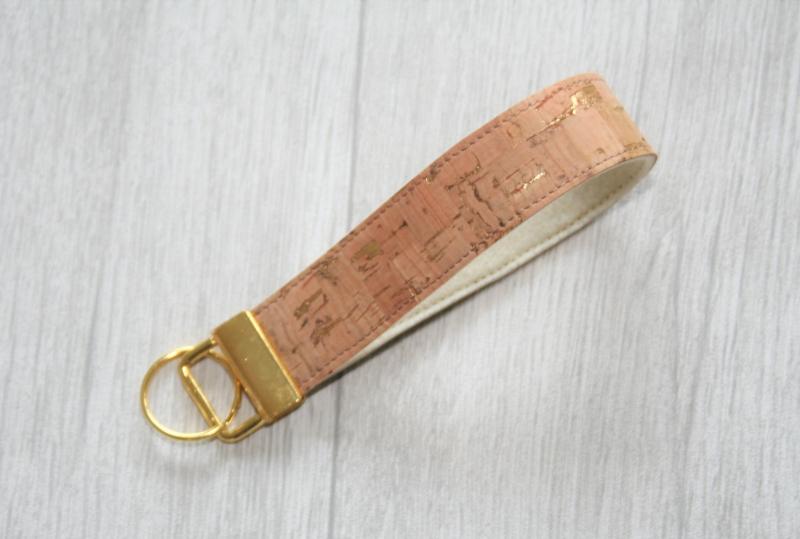 - Schlüsselanhänger, Schlüsselband kurz, Kork Natur/ Gold, Vegan - Schlüsselanhänger, Schlüsselband kurz, Kork Natur/ Gold, Vegan