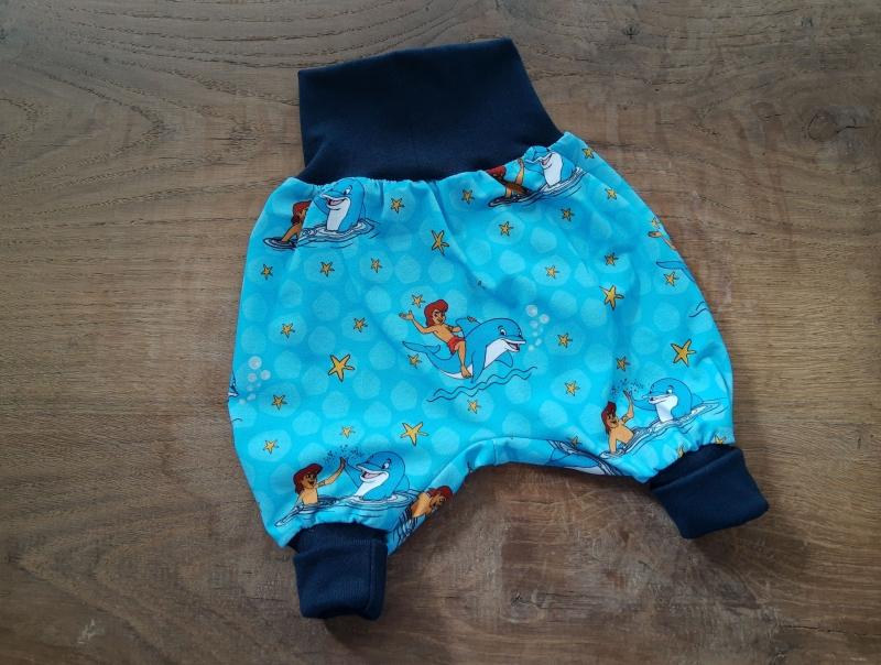 - Babypumphose für Neugeborene aus Jersey - Delfine auf blau - Babypumphose für Neugeborene aus Jersey - Delfine auf blau