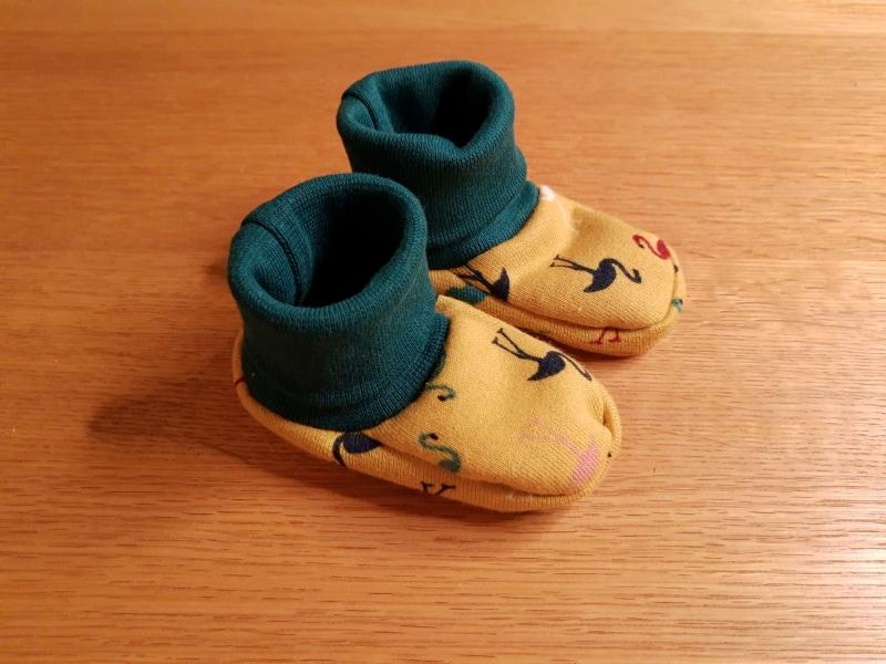 - Babyschuhe aus Jersey, weich und bequem- Flamingos auf gelb - Babyschuhe aus Jersey, weich und bequem- Flamingos auf gelb