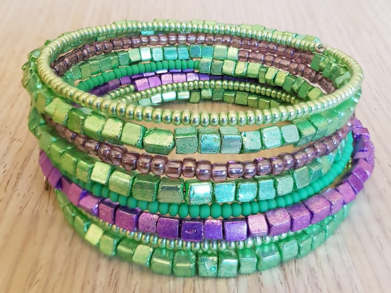 - Spiral-Armreif zum Wickeln mit grünen und violetten Glas- und Metallic-Perlen - Spiral-Armreif zum Wickeln mit grünen und violetten Glas- und Metallic-Perlen