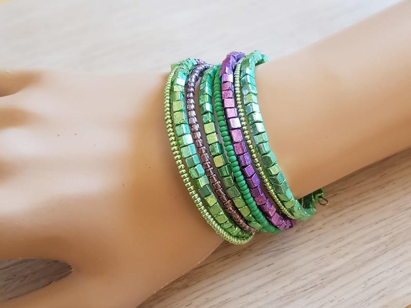 Kleinesbild - Spiral-Armreif zum Wickeln mit grünen und violetten Glas- und Metallic-Perlen