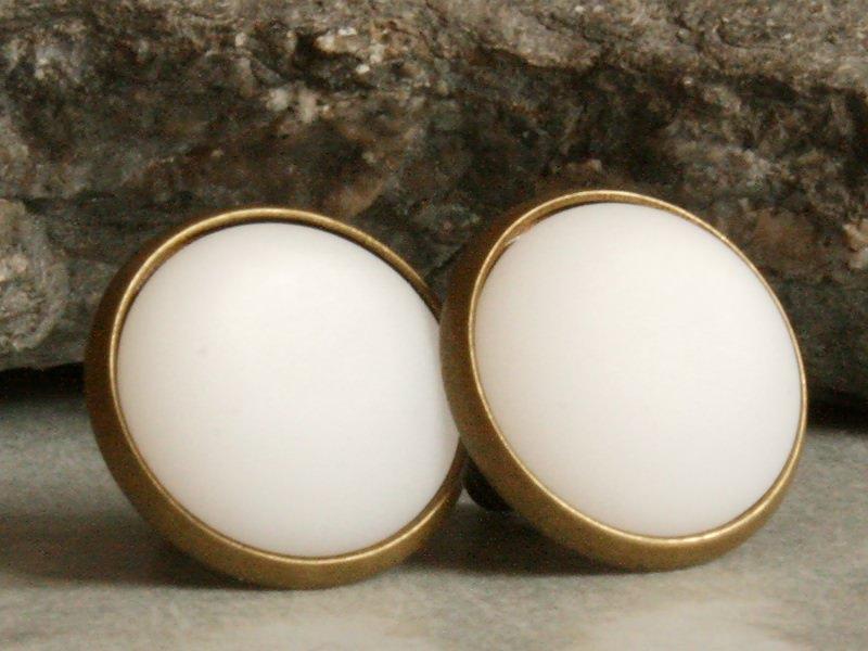 - Polaris-Ohrstecker in Weiß mit besonderem Schimmer in bronzefarbener Fassung - Polaris-Ohrstecker in Weiß mit besonderem Schimmer in bronzefarbener Fassung