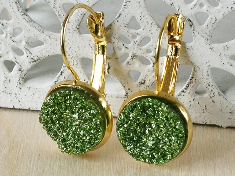 Kleinesbild - Ohrringe mit grünem Faux Druzy in goldfarbener Fassung