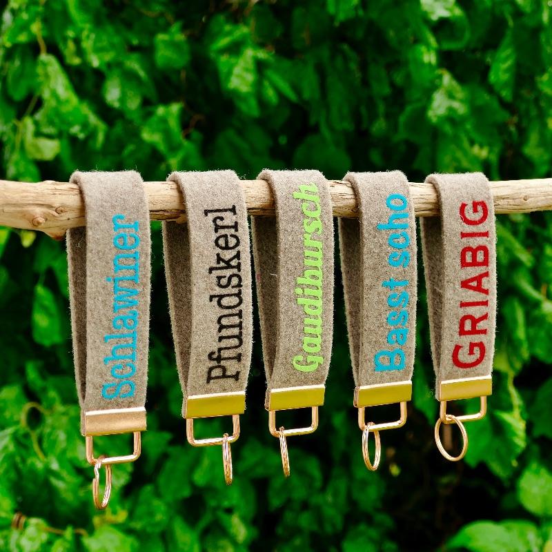 Kleinesbild - Schlüsselanhänger, Schlüsselband aus Wollfilz mit Aufschrift Dahoam, Geschenk Einzug, Neue Wohnung, neues Haus