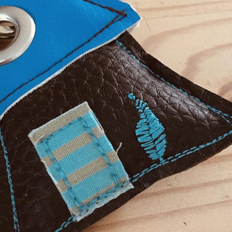 Kleinesbild - Schlüsselanhänger, handgefertigt, Kunstleder, Häuschen braun-blau, incl. Schlüsselring Blume