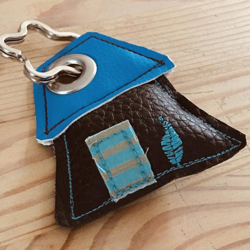 - Schlüsselanhänger, handgefertigt, Kunstleder, Häuschen braun-blau, incl. Schlüsselring Blume - Schlüsselanhänger, handgefertigt, Kunstleder, Häuschen braun-blau, incl. Schlüsselring Blume