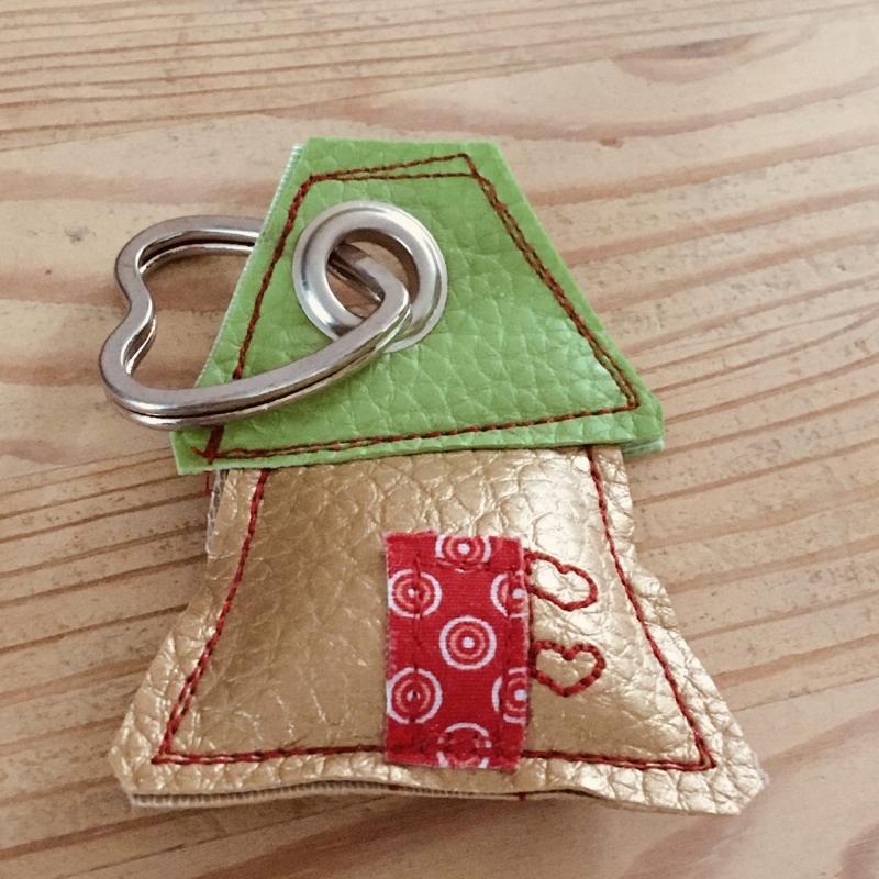 - Schlüsselanhänger, handgefertigt, Kunstleder, Häuschen gold-grün, incl. Schlüsselring Herz  - Schlüsselanhänger, handgefertigt, Kunstleder, Häuschen gold-grün, incl. Schlüsselring Herz