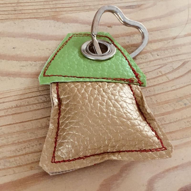 Kleinesbild - Schlüsselanhänger, handgefertigt, Kunstleder, Häuschen gold-grün, incl. Schlüsselring Herz