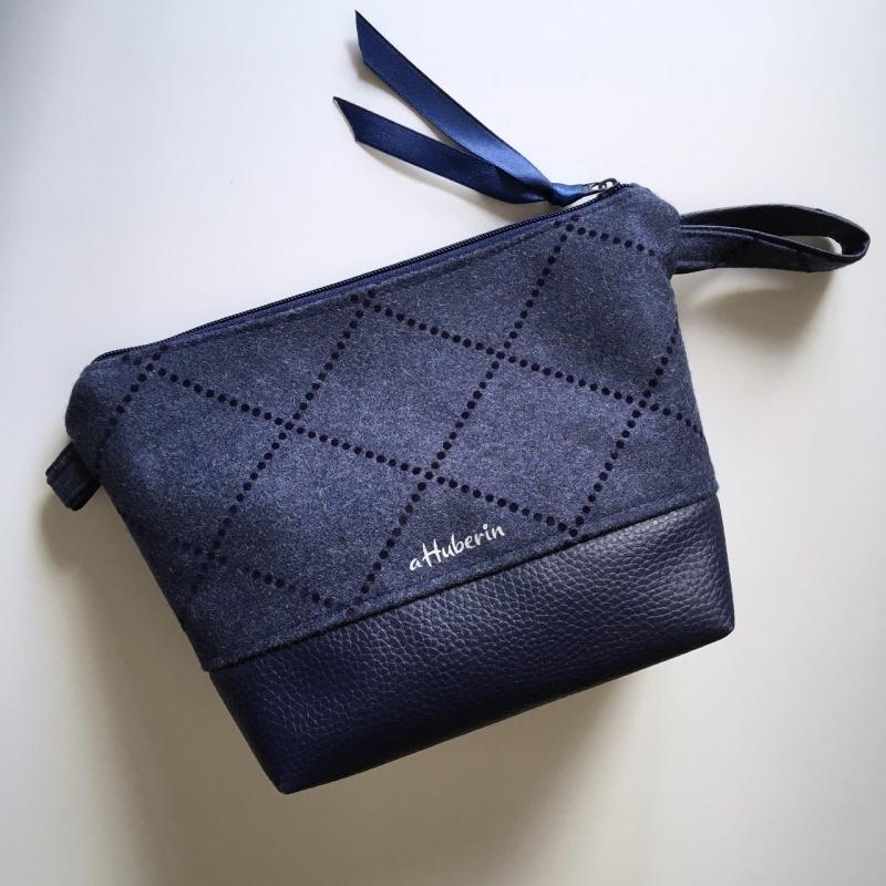 Kleinesbild - Genähte Kosmetiktasche Schminktasche  Windeltasche mit Kunstleder und Wollstoff Edelweiß blau/silber