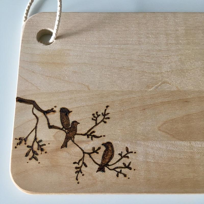 Kleinesbild - Frühstücksbrettchen Holzbrett Brotzeitbrett Brettchen Schneidebrett Birke handgebrannt personalisierbar mit Namen,Äste mit Vögelchen
