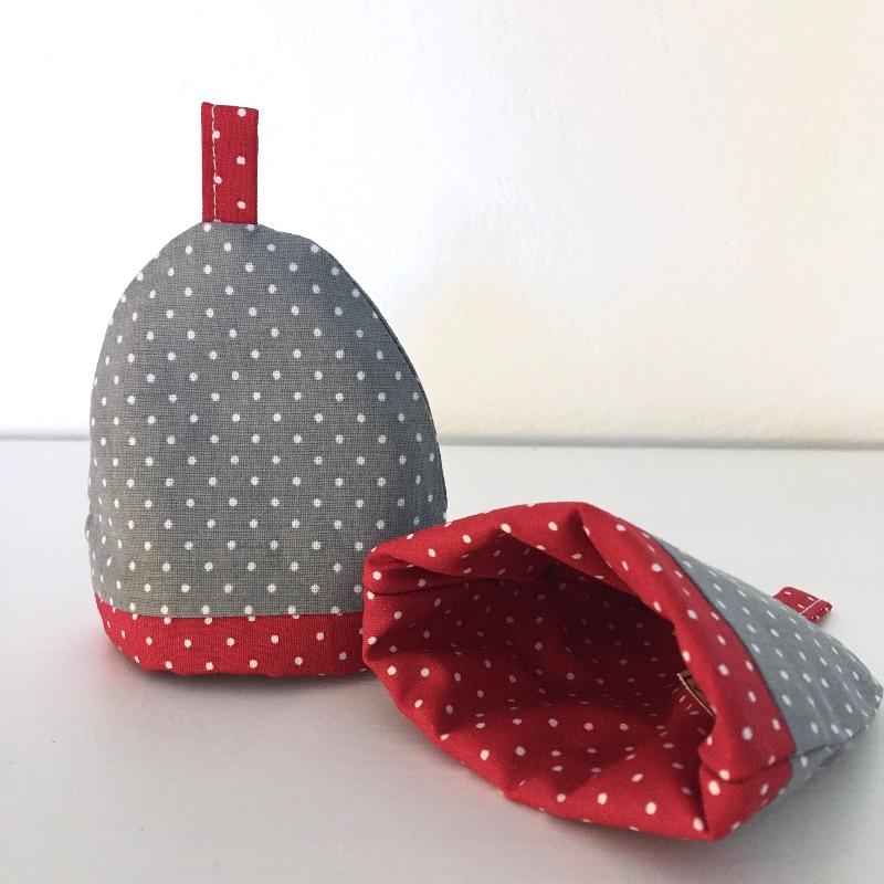 Kleinesbild - 2-er Set Eierwärmer, Eierhütchen, Eiermütze, handgefertigt, personalisierbar, Baumwolle, grau / rot